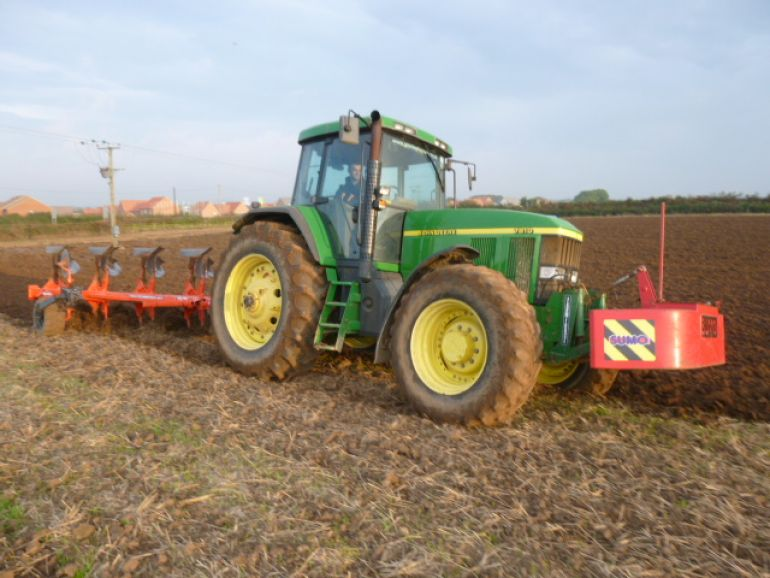 OUR JOHN DEERE 7810 POUGHING DOWN AT CAYTON WITH A NEW KUHN PLOUGH ON DEMO